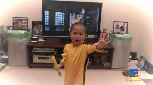 WebBuzz du 05/05/2015: Ce petit garçon est le plus grand fan de Bruce Lee-The most young fan of Bruce Lee